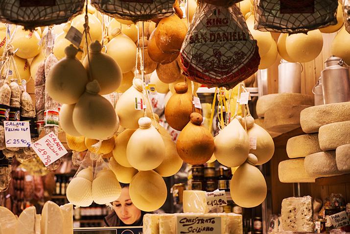 Turin, le marché de Porta Palazzo, fromage Provolone Valpadana